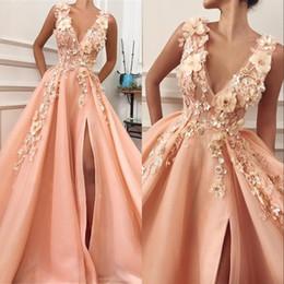 Без рукавов персиковые платья выпускного вечера онлайн-Элегантное персиковое розовое платье для выпускного вечера с V-образным вырезом без рукавов с длинным разрезом и цветами ручной работы Вечерние платья