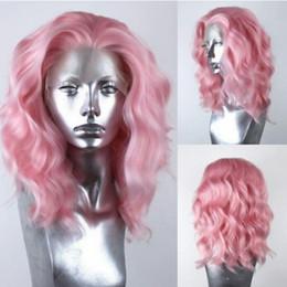 Pelucas de pelo corto rosa online-Encantador color rosado de 14 pulgadas Corto Ola Natural Parte del cabello Parte Cosplay Pelucas Fibra resistente al calor Cordón sintético Frente Bob Pelucas rizadas para mujeres