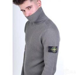 Suéter de punto de los hombres blancos online-Caliente otoño invierno moda carta de color sólido bordado de punto suéter hombres frío cálido suéter de cuello alto negro gris blanco sección delgada