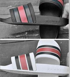 Homem sandálias ao ar livre on-line-Homens Sandálias Sapatos de Designer de Luxo Deslizamento Chinelos de Verão Praia Flip Flops Ampla Flats Mens Praia Ao Ar Livre Sandálias Não-slip chinelos