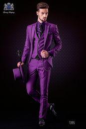 Blazers morados online-Moda Purple Novio Esmoquin Peak Lapel Padrinos de boda para hombre Vestido de novia de hombre guapo Chaqueta Blazer Traje de 3 piezas (Chaqueta + Pantalones + Chaleco + Corbata) 923