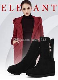Le donne indossano stivali al ginocchio, stivali scamosciati, abiti femminili autunnali e invernali, pelliccia, scarpe nere a tacco alto, stivali e scarpe invernali da