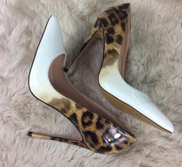2019 tacones altos de estampado leopardo blanco Nuevo Zapatos de tacón alto de color blanco con estampado de leopardo Zapatos de boda de un solo zapato de punta fina y punta fina, de boca clara 10 cm 8 cm 12 cm grande 44 tacones altos de estampado leopardo blanco baratos