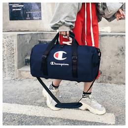 Унисекс для путешествий онлайн-Чемпионы дорожные сумки унисекс спорт Tote тренажерный зал йога ручной клади большая емкость водонепроницаемая сумка вещевой мешок сумки на ремне 2 размера B3121