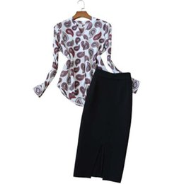 Traje de moda para mujer Verano Nuevo traje casual para mujer temperamento damas con cuello en v camisa de color + falda de cintura alta de dos piezas mujeres desde fabricantes