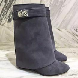 2020 marcas famosas de botas de couro Famosa Marca Metálico Tubarão Bloqueio Mulheres Tornozelo Botas de 12 Cores de Alta-salto alto Bombas De Couro Curto Botas Cinta Cunhas Sapatos Tamanho Grande marcas famosas de botas de couro barato