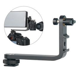 2019 soportes de micrófono led Soporte de micrófono Soporte en L Manija de la cámara Agarre para monitor Gimbal Luz de video LED Montaje de micrófono con 2 zapatas frías para cámara DSLR rebajas soportes de micrófono led
