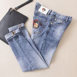 3a8307be938dcb5 Китайские Мужчины Jeasn 2019 весна и лето мужской новый рисунок вышивки джинсы  корейского издания стиральные брюки