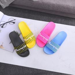 Zapatos de agua de diseñador online-Campeones Diseñador de la marca Sandalias de lujo para mujer Diapositivas Zapatilla de verano Chancleta de goma Zapatillas de agua Zapatillas de baño de playa al aire libre C7406