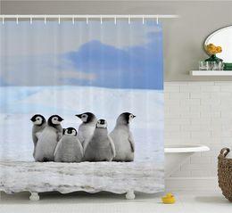 Collection d'animaux de la mer, images de jeunes pingouins sur fond de tas de neige et de ciel d'hiver, tissu en polyester ? partir de fabricateur