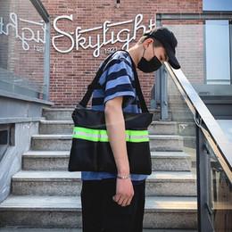 2020 lo stile della strada del sacchetto di spalla Uomo Donna Fashion Casual Tote Bags Grande personalità capacità riflessiva Street Style Shoulder Bag Designer Viaggi Big Bag Sac sconti lo stile della strada del sacchetto di spalla