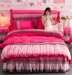2019 colcha rainha rosa vermelha Rose Red Lace Colcha de Cama Saia Princesa Romântica Capa de Edredão Set Lençol Fronhas Casamento Conjunto de Cama King Size Queen