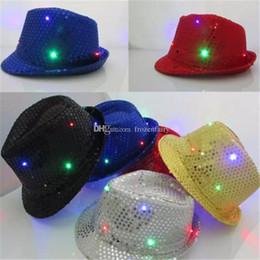 2019 ha condotto il cappello del cappello del cappello LED Jazz Cappelli Lampeggiante Led Fedora Trilby Paillettes Cappellini Fancy Dress Dance Party Cappelli Uomo Donna Festa di Natale Carnevale a675-a682 sconti ha condotto il cappello del cappello del cappello