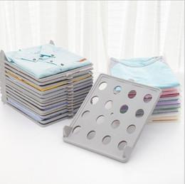 outil de pliage de vêtements Promotion Un rack de stockage de fichiers créatif empilable pour vêtements, pliant et organisant une combinaison d'outils de pliage