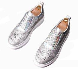 Mocasines de encaje de strass online-New Men Luxury Rhinestone diseñador calles trendsetter cordones Casual Pisos zapatos Hombre punk Mocasines bordo zapatos web celebridad