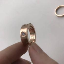 Anelli di fidanzamento in oro rosa cz online-L'amante di marca di nozze d'acciaio di titanio ha impresso l'anello della fascia del marchio per le donne Anelli di fidanzamento degli anelli di fidanzamento degli anelli di fidanzamento di lusso della CZ Zirconia degli uomini