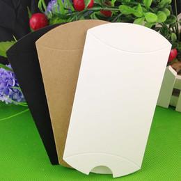 2019 оптовые украшения супергероев 201 шт. Лот крафт / черный / белый подушка форма свадебной подарочной коробке ну вечеринку конфеты коробка оптовые подушки коробки горячая распродажа в 2018 году