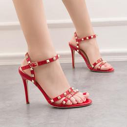 2019 sandali sexy di notte sandali rossi di estate delle donne della pelle verniciata di peep toe 10 centimetri a spillo tacco alto rivetto fibbia romano night club partito delle signore sexy scarpe femminili sandali sexy di notte economici