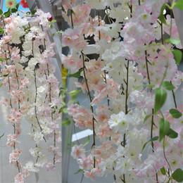 Fioritura di viti online-180 cm Long Sakura Cherry blossom Rattan Fiori artificiali per la festa di casa Decorazione di nozze Silk Ivy Vine Wall Hanging Hanging Ghirlanda