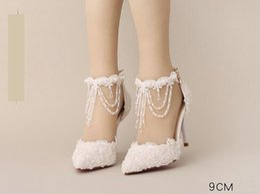 Zapatos de novia de cuentas blancas online-Zapatos de novia de perlas blancas Flor de encaje superior Borla moldeada Hebilla de perla 9 cm con altura Zapatos de novia Zapatos de boda chinos tamaño 34-39