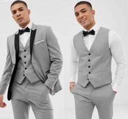 2019 corbata de lazo para hombre chaleco 2019 por encargo trajes grises para hombre solapa negro Slim Fit trajes de boda para el novio / padrino de boda trajes casuales (chaqueta + pantalones + chaleco + pajarita) corbata de lazo para hombre chaleco baratos