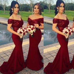 Robes de demoiselles d'honneur en vin satin rouge en Ligne-Vin rouge robes de demoiselle d'honneur de l'épaule paillettes sirène tribunal train Bling Bling robes de demoiselle d'honneur pas cher