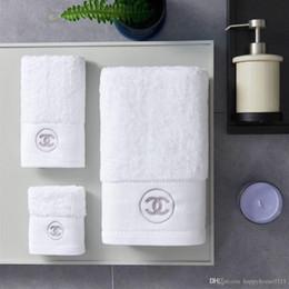 Toallas de lujo online-Toallas de baño de lujo diseñador de marca bordada toalla cuadrada toalla de playa y toalla de baño juego de 3 piezas de tela de algodón de regalo suave cómoda 2019