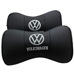 Asientos de cuero genuino online-En forma de hueso 2 PCS cuero auténtico asiento de coche almohada resto del cuello del apoyo para la cabeza del amortiguador del cojín cómodo con el logotipo de insertarse en el modelo VW Audi BMW Benz