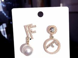 Geometrische ohrringe online-Gold Doppel Buchstabe F Anhänger Ohrringe für Frauen Geometrische Runde Perle Strass Ohrstecker Marke Ohrringe Schmuck