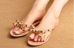 2019 sandali di cristallo estivi delle donne Nuovo di estate delle donne Infradito Pantofole Sandali piatti Bow Rivet infradito di moda Pvc cristallo della spiaggia dei pistoni Shoes sconti sandali di cristallo estivi delle donne