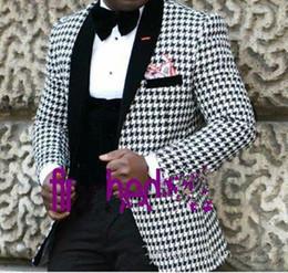 Esmoquin de cachemira online-Nuevo estilo Novio Esmoquin Groomsmen Shawl Negro de la solapa de los hombres de la chaqueta de los hombres de la chaqueta de la boda trajes de baile (chaqueta + pantalones + chaleco + corbata) XZ33