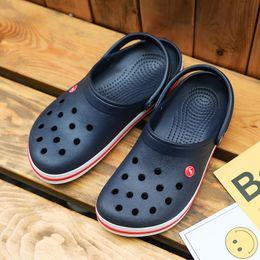Eva água sapatos on-line-Crocse Crocks Homens Sandálias de Piscina de Verão Ao Ar Livre CholasBeach Shoes homens Deslizar Em Tamancos de Jardim Casual Chuveiro de Água LiteRide Crock