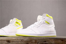 sneakers bar Sconti 2019 Mens 1 First Class Flight Basketball Scarpe da ginnastica Designer 1s Bianco Giallo Codice a barre Sneakers da donna Baskets des Chaussures Schuhe