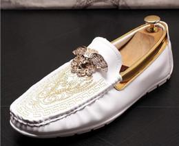 Diseñador de lujo para hombre bordado de terciopelo británico zapatos Knight oxfords Homecoming hombre zapatos de boda zapatos de graduación hombres negro blanco desde fabricantes