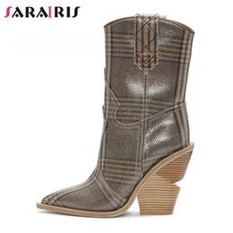 High heels 48 online-SaraIris Brand Plus Größe 34-48 Mixed-Color Damen Mid-Calf Westernstiefel Damen Mikrofaser Mode High Strange Heels Schuhe Frau