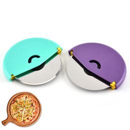 Cubiertas de ruedas de acero online-Disco de acero inoxidable pizza cortador de la rueda para hornear herramientas para hornear pasteles con cubierta protectora azul púrpura envío gratis
