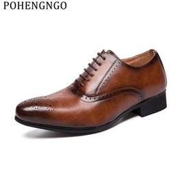 2019 nouveau habiller les hommes Véritable cuir noir mariage Oxford Chaussures Hommes Hommes Britannique Style Sculpté Brogue Chaussures Plates À Lacets Business Dress Chaussures promotion nouveau habiller les hommes