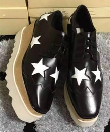 Vestito dalla scatola della stella online-Con la scatola all'ingrosso caldo nuova tendenza moda in pelle verniciata scarpe con suola spessa scarpe casual in pelle per le donne motivo a stella