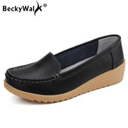 Diseñador de zapatos de vestir Beckywalk Wedge Tacones bajos Casual mujer Slip-on Otoño Primavera Mocasines de cuero genuino Mujer Mujer Wsh2693 desde fabricantes