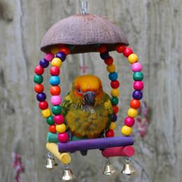 Bolas de coco on-line-Mordida de pássaro de animais de estimação mastigar a bola brinquedos suspensão gaiola de suspensão papagaio casca de coco