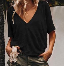 Простые черные вершины онлайн-Черные женщины футболка V шеи с коротким рукавом обычная повседневная футболка для женщин черная мода повседневная женщина V шеи дизайнер женщины футболка