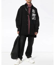 Lunga giacca di denim nera online-Ritratto Nero Bianco Grandi Designer Mens dei rivestimenti del denim delle donne di alta qualità di coppia di lusso a maniche lunghe Cappotto Nero HFSSJK179