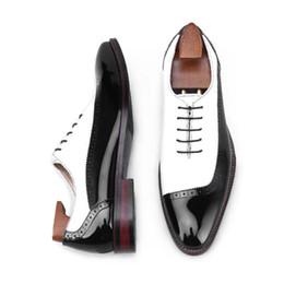 zapatos de vestir de charol blanco de los hombres Rebajas Zapatos hechos a mano de lujo de charol blanco y negro parche trabajo Oxfords elegante hombre boda vestido de fiesta zapatos hombres jefe de negocios