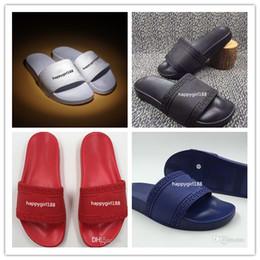 2019 zapatillas de uso doméstico Versace Hombres mujeres Medusa Beach Slide Sandals Scuffs Mens Beach Moda para mujer de dibujos animados para adultos usando pantuflas sandalias de diseño para el hogar sandalias zapatillas de uso doméstico baratos