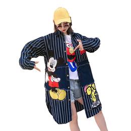 Плащиковые плащи онлайн-Трендовое мультипликационное пальто Женское пальто с блестками Женская ветровка плюс размер рыхлого ковбоя с длинным принтом сращивания полосатых пальто