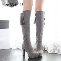 Stivali al ginocchio grigio scamosciato online-design di lusso delle donne stivali nappine stivali alti al ginocchio grigio piattaforma scamosciato sintetico tacco grosso rosso nero e di dimensioni da 33 a 42 43