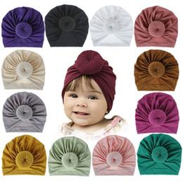 Gorros atados bebê on-line-18 cores Crianças Acessórios Recém-nascidos Da Criança Da Criança Do Bebê Da Menina Do Menino Turbante de Algodão Gorro Chapéu Inverno Quente Macio Cap Sólida Nó Envoltório Macio