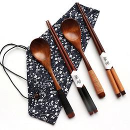 Stoviglie cinesi online-Set di posate in legno in stile giapponese Set di posate per utensili da tavola portatili e posate per alimenti Cibo cinese Bacchette per sushi giapponesi