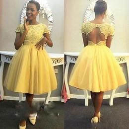 Modest giallo tea lunghezza prom homecoming abiti maniche corte pizzo buco  della serratura posteriore per le donne nere tulle abiti di sfera abito da  sera ... 2ce6a55c911