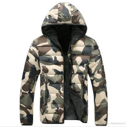 Homem camuflagem azul inverno casaco on-line-Quente Camouflage Jacket Brasão Men Inverno com capuz Overcoat Moda Masculina College Green Azul Homens ocasionais dos revestimentos
